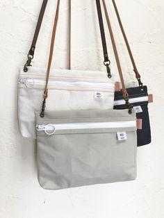 |国産8号帆布|サコッシュ  モノトーン         <選べるカラー 全5色> Tote Bags, My Bags, Handmade Handbags, Handmade Bags, Cowhide Bag, Leather Bag Pattern, Basket Bag, Fabric Bags, Nylon Bag