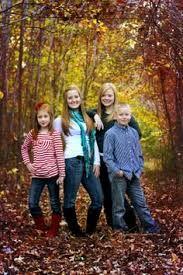 teenage sibling photography poses - Google Search Older Family Photography, Sibling Photography Poses, Teenager Photography, Sister Photography, Life Photography, Older Sibling Poses, Sister Poses, Sibling Photos, Kid Poses