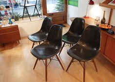 Ensemble de 4 chaises en fibre de verre couleur charcoal, design R.& Ch. Eames pour Herman Miller, c. 1970.