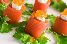 Рулетики из лосося и перепелиных яиц