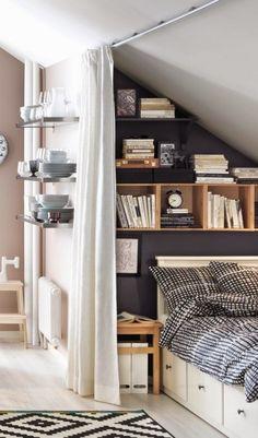 ロフトの勾配天井の下のスモールベッドルームまたは子供部屋、リーディングヌック