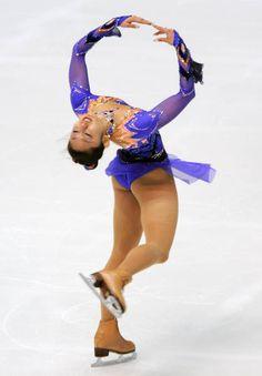フィギュアスケートの世界選手権(来年3月、スウェーデン・イエーテボリ)代表選考会を兼ねた全日本選手権第2日は2007年12月27日、大阪・なみはやドームで行われ、女子のショートプログラム(SP)で世界選手権覇者の安藤美姫(トヨタ自動車)が68.68点で2位につけた。  写真は、女子SPで演技する安藤美姫 【時事通信社】