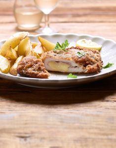 Avec cette recette, la version originale de ce classique de bistrot réussira à coup sûr. Pas de variantes, pas d'extras – uniquement des escalopes de veau, du jambon de derrière, du gruyère et de la panure. Un cordon bleu authentique! Fries, Valeur Nutritive, Cordon Bleu, Eggs, Authentique, Breakfast, Food, Balsamic Vinegar, Ham