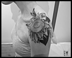 #handpoke #tattoos #sticknpoke #machinefree #traditionaltattoos #handpoked  #dotwork #handpokers #stickandpoke #nomachine  #handpokeartist #handpokeartists  #blackworkers #blackink  #homemadetatts  #handpushed #underground_tattooers #darkartists #onlyblackart #blacktattoos #sunflower #sunflowertattoo #em_poke #embodyart