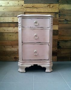 Antoinette side table in Chalk Paint® by Annie Sloan. Chalk Paint Furniture, Diy Furniture Projects, Furniture Making, Gray Furniture, Painted End Tables, Diy Möbelprojekte, Annie Sloan Chalk Paint, Country Furniture, Furniture Restoration