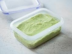 Guacamole in eine Frischebox mit Dichtung füllen. Mit Wasser bedecken und luftdicht verschließen.