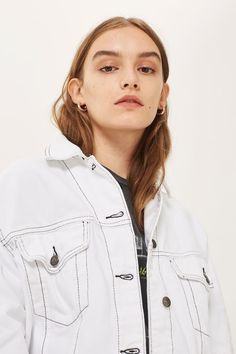 Do denim the tomboy-inspired, oversized way with this MOTO denim jacket. In white denim with contrast stitch detailing, we're styling it retro-style jeans for a cute dose of double denim.