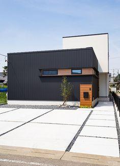 Facade Design, Exterior Design, Contemporary Architecture, Architecture Design, Warehouse Design, One Story Homes, Parking, Concrete Patio, Japanese House