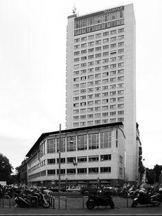 Il complesso per gli uffici del Centro Svizzero (1949-1952) progettato da Armin Meili in piazza Cavour (foto di Alessandro Sartori). .