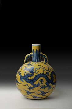 Xuande Period, Ming Dynasty(1425~1436年)  A Blue And White Vase  On Yellow Ground  H 35.5cm