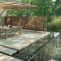 Prezentujemy ciekawe pomysły na wodę w ogrodzie zaprojektowane przez Mesa Garden Studio. Taras jest zaaranżowany w nowoczesnym stylu z wodospadem wpadającym do płytkiego basenu, który zaprojektowany tak by był praktycznie niewidoczny. Dopiero ruch wody sprawia, że przestrzeń ożywa. http://www.sztuka-krajobrazu.pl/522/slajdy/ogrody-w-nowoczesnym-stylu-z-aranzacjami-wodnymi