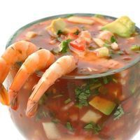Aprende a preparar cóctel de camarones en salsa con esta rica y fácil receta.  Para realizar el cóctel de marisco, lo primero que debemos hacer es cocer los camarone...