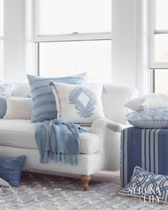 Looking for coastal decor? Be inspired by the sea and learn how to decorate coastal style to create your own breezy & elegant home. Design Tips & Images. Coastal Living Rooms, Home Living Room, Blue And White Living Room, Blue Living Room Decor, Blue Home Decor, White Decor, Home Staging, Interior Design, Coastal Decor