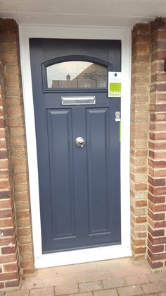This unique victorian front doors is an obviously inspiring and very good idea Exterior Front Doors, Entrance Doors, Doorway, 1930s House Exterior, Bungalow Exterior, Solidor Door, Victorian Front Doors, Victorian Homes, Composite Front Door