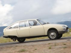 Citroen GS running on three wheels thanks to its' hydropneumatic suspension