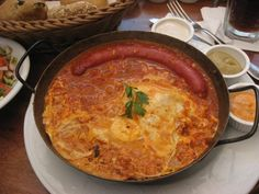 Sausage shakshuka breakfast via Specialty Foods, Wine Recipes, Israel, Sausage, Curry, Africa, Drinks, Eat, Breakfast