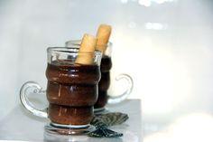 MOUSSE AL CIOCCOLATO per 12 bicchierini come in foto  250g di cioccolato fondente 2 cucchiai di caffè freddo 30g di burro 5 uova freschissime 4 cucchiai di zucchero a velo   Sciogliere a bagnomaria il cioccolato spezzettato insieme al burro ed al caffè. Far intiepidire e aggiungere i tuorli ad uno a uno, senza aggiungere il successivo se il primo non risulta assorbito. Unire quindi lo zucchero a velo e mescolare vigorosamente con una frusta a mano finchè il composto sarà lucido ed omogeneo…