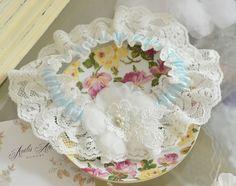 Koronkowa podwiązka z kwiatem.  Romantyczna koronka udekorowana pięknym kwiatem z delikatnej organzy.   Dostępna w butiku Madame Allure! Wedding Garters, Tableware, Dinnerware, Tablewares, Place Settings