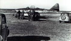 """März 1945, Oberstleutnant Heinz (Oskar-Heinrich) « Pritzl » Bär vor seiner Messerschmitt Me 262A1a """"Rote 13"""" (WNr 110 559) Lager Lechfeld Seit Februar 1945 Gruppenkommandeur III.Gruppe / Ergänzungs-Jagdgeschwader 2 (EJG 2)."""