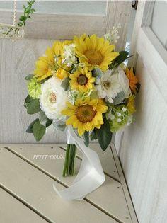 ひまわりのクラッチブーケ April Wedding, Gerbera, Wedding Images, Horticulture, Wedding Bouquets, Glass Vase, Floral Wreath, Prince, King
