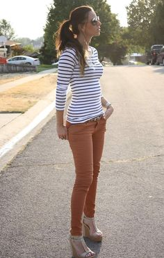 Striped top, brown-orange jeans, and neural shoes. Mode Outfits, Casual Outfits, Fashion Outfits, Fall Winter Outfits, Spring Outfits, Pantalon Orange, Look Fashion, Autumn Fashion, Mode Orange