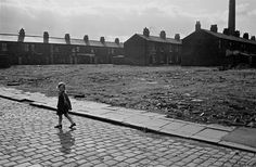 25 pictures that show brutal reality of poverty in and Manchester and Salford - Manchester Evening News Photography Exhibition, Street Photography, Manchester Landmarks, Manchester Uk, Salford City, Brindille, Slums, Documentary Photography, Historical Pictures
