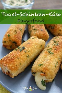 Fingerfood A recipe for cheese and ham rolls with toast and a parmesan . - Fingerfood A recipe for cheese and ham rolls with toast and a Parmesan pandade. Great for in betwee - Party Finger Foods, Party Snacks, Easy Dinner Recipes, Easy Meals, Summer Recipes, Dessert Recipes, Snacks Recipes, Healthy Recipes, Brunch Recipes