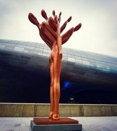 Hello strange sculpture at Dongdaemun Design Plaza #dongdaemun #dongdaemundesignplaza #ddp #sculpture #art #instacreative #dongdaemunhistoryandculturepark #seoul #southkorea #korea #asiatravel #nomsandramblestravels #nomsandrambles #instapassport #instatravel #travelphotography #instadaily #igdaily #instagood #travelgram #travelasia
