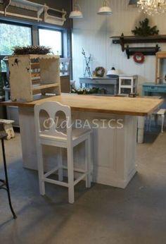 Stoere bartafel / keukeneiland / werkeiland. Dit meubel wordt op maat gemaakt van oude materialen bij www.old-basics.nl Leuk met stoere industrielampen (ook bij Old Basics!)