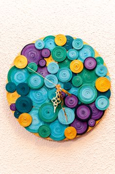 Paper Quilling Jewelry, Origami And Quilling, Quilling Craft, Quilling Photo Frames, Recycled Crafts, Diy Crafts, Bottle Top Crafts, Handmade Wall Clocks, Paper Bowls