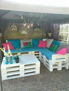 Use Pallet Wood Projects to Create Unique Home Decor Items – Hobby Is My Life Diy Sofa, Diy Pallet Couch, Pallet Garden Furniture, Diy Outdoor Furniture, Diy Furniture, Unique Home Decor, Home Decor Items, Diy Home Decor, Diy Pallet Projects