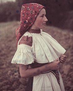 Folk Fashion, Ethnic Fashion, Goodbye Gifts, Culture Clothing, Costumes Around The World, Folk Embroidery, Fantasy Inspiration, Folk Costume, World Cultures