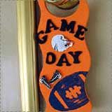 A great set of football crafts for kids, perfect for Thanksgiving Day, Super Bowl parties and crafty sports lovers. Football 2013, Football Crafts, Football Season, Autumn Activities, Activities For Kids, Crafts For Kids, Hanger Game, Football Door Hangers, Coaches Wife