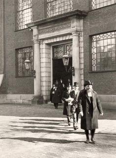 Godsdiensten, religies, Jodendom. De opper-Rabbijn met de leden van de Joodse gemeenschap verlaten de Portugees-Israelitische Synagoge aan het Mr. Visserplein (ingang Rapenburgerstraat) in Amsterdam. Nederland, voor 1940.
