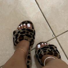 I love women's feet! Toe Nails White, Acrylic Toe Nails, Pretty Toe Nails, Cute Toe Nails, Cute Toes, Pretty Toes, Pretty Hands, Black Nails, Toe Nail Color