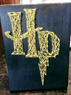 Harry Potter string art canvas - DIY Gifts For Home Ideen Harry Potter Canvas, Décoration Harry Potter, Harry Potter Thema, Harry Potter Painting, Harry Potter Bedroom, Harry Potter Houses, Harry Potter Birthday, Harry Potter Crafts Diy, Harry Potter Presents