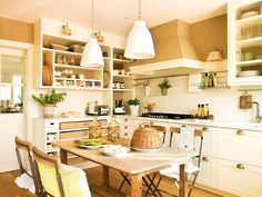 Cocina blanca con pintura arena y office central_ 00345330