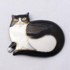minne(ミンネ)| 七宝焼ブローチ 横たわるハチワレ猫