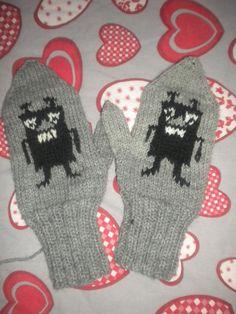 Haisulilapasia pukkaa ystäville ja kylänmiehille lahjaksi. Nämä kyseiset vähän värivikaiset, mutta käyttöön pääsivät silti :) Tove Jansson, Kids And Parenting, Mittens, Knitting Patterns, Knit Crochet, Gloves, Crafts, Fingerless Mitts, Knit Patterns