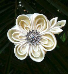 Ivory Beige Bridal Kanzashi Flower Hairclip por Petaloz en Etsy