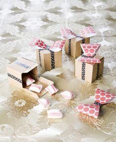 Het is weer tijd voor cadeautjes! Daarom maak je met deze traktatietip leuke cadeaudoosjes. Hier kun je lekkere traktaties in stoppen, maar natuurlijk ook leuke cadeautjes voor onder de kerstboom! Dit heb je nodig: karton lijm papier met print tape…