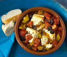Feta-Tomaten-Auflauf Rezept: Ohne Brot ist der mediterrane Auflauf mit Peperoni und Oliven übrigens sogar low carb!