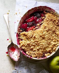 Nothing is more British than a blackberry and apple crumble with its fruity, biscuity aroma, crunchy topping and juicy filling. Blackberry And Apple Crumble, Apple Crumble Recipe, Delicious Desserts, Dessert Recipes, Yummy Food, Tasty, Apple Recipes, Sweet Recipes, British Pudding