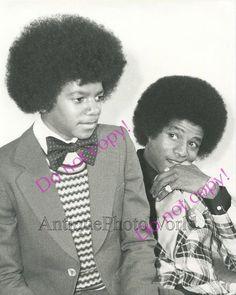 This is an original vintage photograph. Not a modern reproduction. Origin: USASize: 8 by 10 inchesAge: goodID: Michael Jackson Shoes, Michael Jackson Photoshoot, Photos Of Michael Jackson, Michael Jackson Bad Era, Shar Jackson, Janet Jackson, Tito Jackson, Jackie Jackson, Jackson Family
