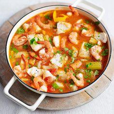 Als je vis en garnalen uit dediepvries gebruikt, laat die daneerst helemaal ontdooien.    1 Verhit de olie in een grotepan. Voeg de uisnippers,wortel en knoflook toe en bakal roerend 5 minuten op laagtot middelhoog...