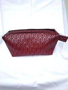 Trousse Zip-Zip simili bordeaux cousue par Chrys - Patron trousse double zip Sacôtin