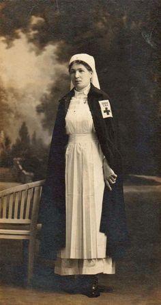 Infirmière de la SSBM (Société de Secours aux Blessés Militaires) fondée en 1864, ancêtre de la Croix-Rouge. 1914-1918.
