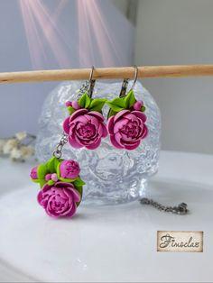 Este denumit regele florilor, iar acest lucru nu este întâmplător. Bujorii roz sunt asociați cu iubirea romantică, fiind considerați unele dintre cele mai delicate flori. Bujorii mai sunt și unsimbol al prieteniei și al frumuseții. Acest set plin de culoare cu bujori înfloririți realizați manual petală cu petală poate fi un cadou minunat pentru tine sau pentru cineva drag. Acesta va fi livrat frumos ambalat intr-o cutiuță de cadou. Culorile pot sa fie usor diferite in functie de monitorul pe ca