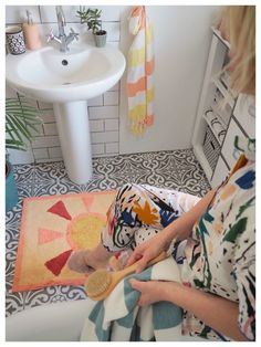 Give Your Bathroom A Makeover With Tropical Prints - WeLoveHome - Home Interior Stylist, Home Interior Design, Bath Rack, Bathroom Styling, Bathroom Ideas, Wooden Bath, Roll Top Bath, Tropical Prints, Perfect Plants