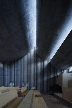 Image 6 of 33 from gallery of Shonan Christ Church / Takeshi Hosaka Architects. Photograph by Koji Fujii / Nacasa&Partners Inc. Sacred Architecture, Architecture Ombre, Shadow Architecture, Japan Architecture, Concrete Architecture, Church Architecture, Religious Architecture, Light Architecture, Contemporary Architecture